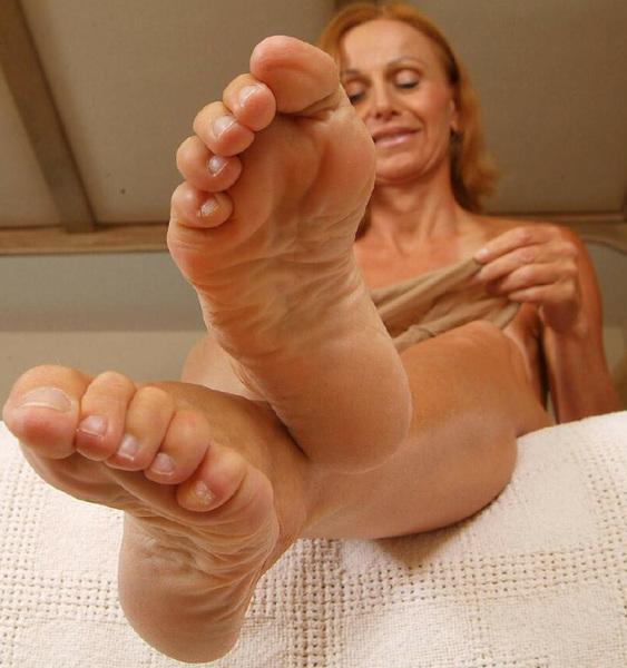 Soles toes dildo milf