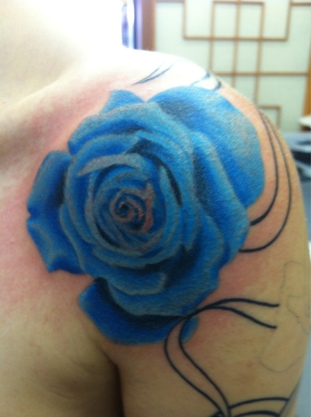I could only do a little bit so we got one rose done, the top one. It is soooo gorgeous, I love @paultimman's work!