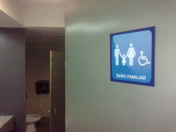 """- #cosasraras """"Baños Familiares"""" en centros C o.O...Lo imagino útil solo en el caso de un padre&hija ..."""