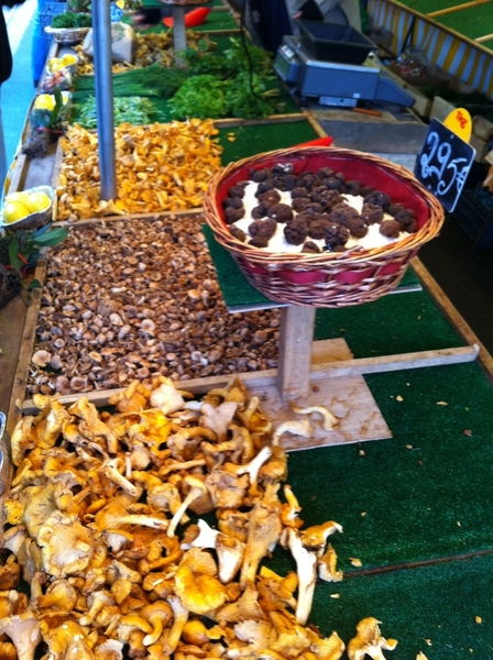 Bastille mkt: lovely girolle and chanterelle mushrooms and bl truffles (295€/kg!) in the street market